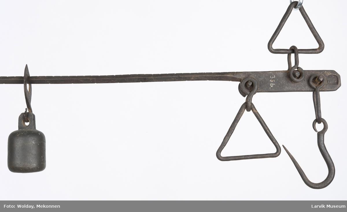 Form: vektarm m/ oppheng av jern.flyttbart messinglodd