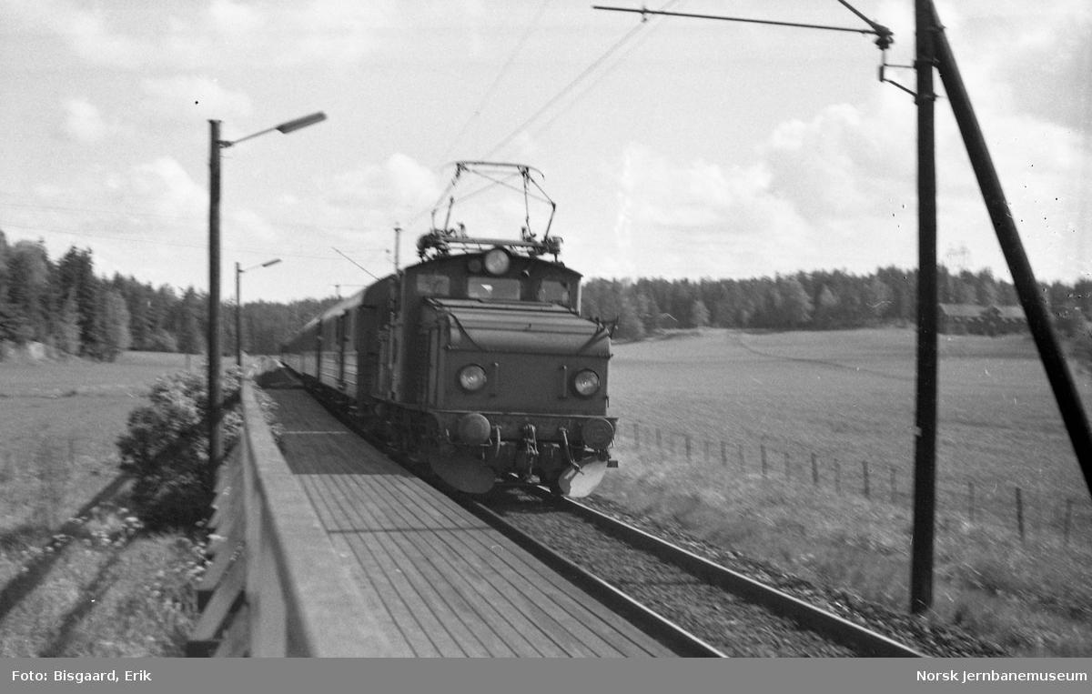 Svensk elektrisk lokomotiv litra Hg foran tog 461