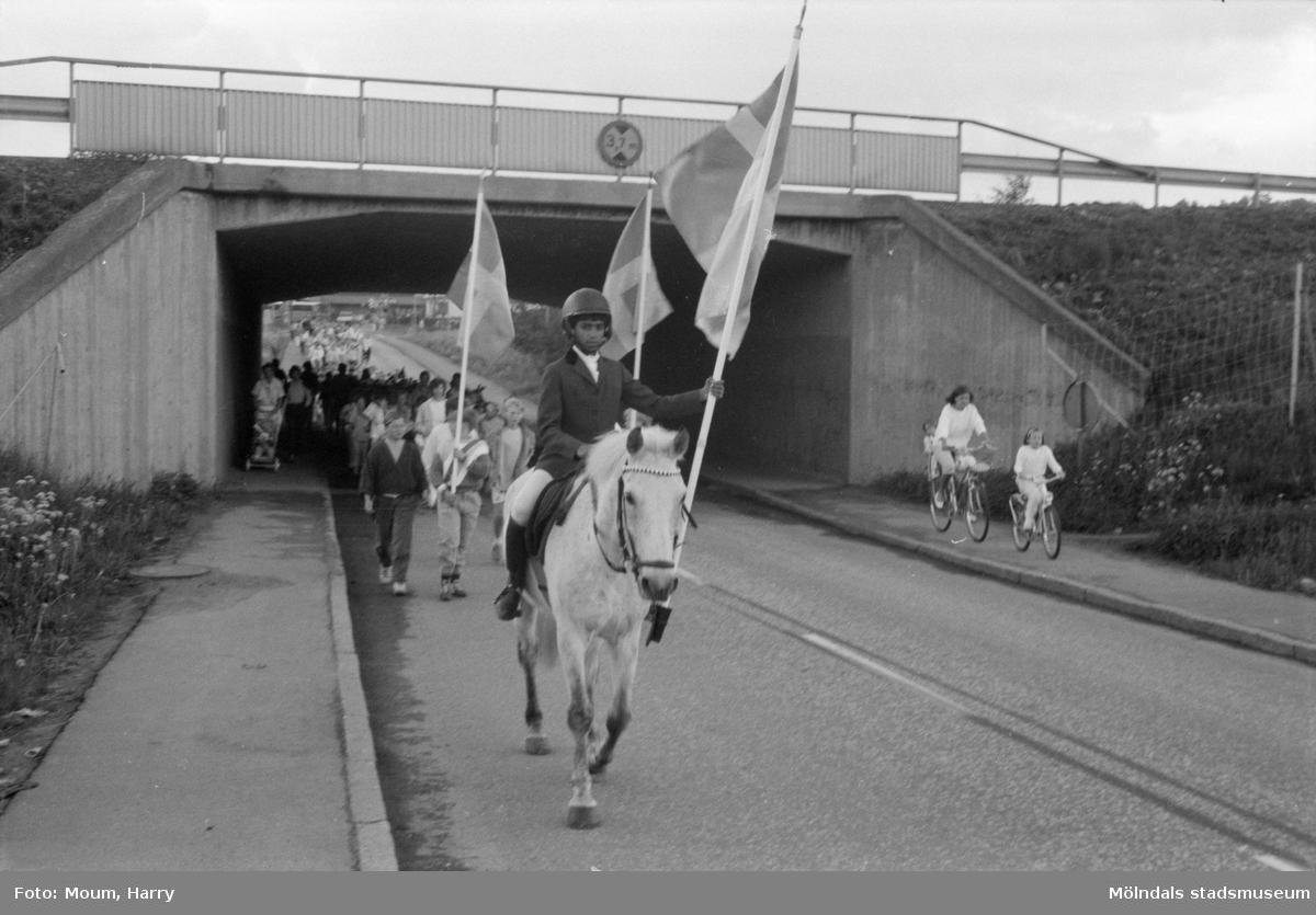 Nationaldagsfirande i Kållered, år 1985. Festtåg på Labackavägen.  För mer information om bilden se under tilläggsinformation.