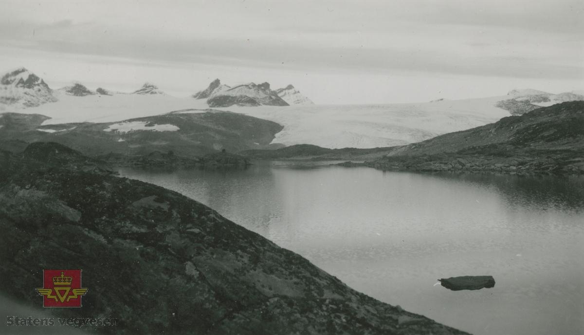 Album fra 1929-1943. Bilde av Fantestein i vannet ved Smørstabbtindene på Sognefjellet.