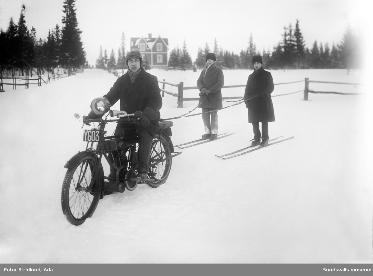 """Vibacken från vänster. """"Fanér Jack"""" Petterssons hus. Två skidåkare som tolkar efter motorcykel."""