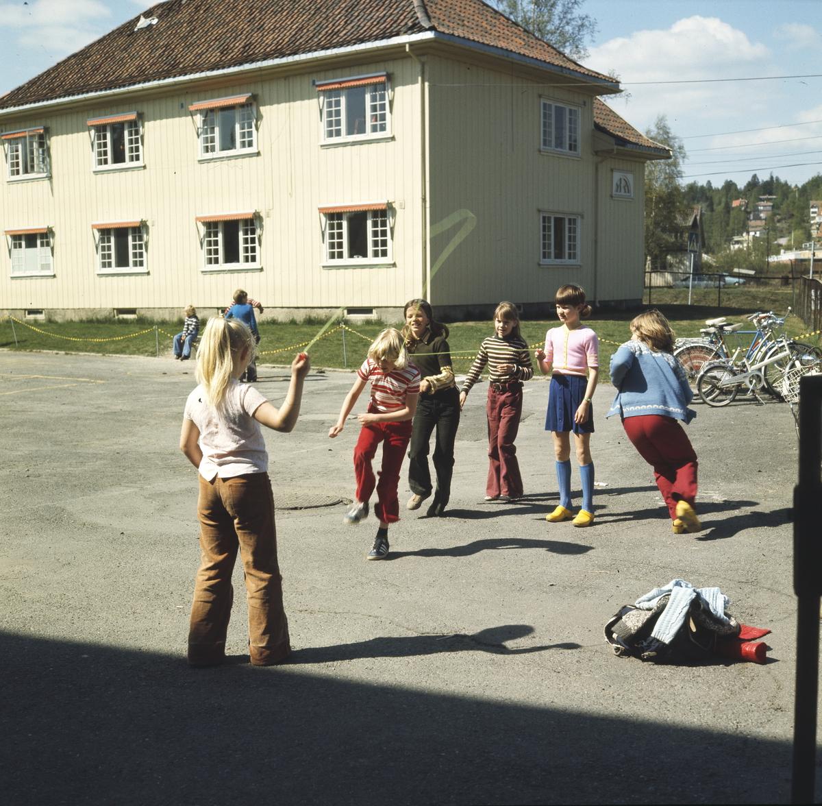 Foto av skoleelever som hopper tau i skolegården til Årvoll Skole.