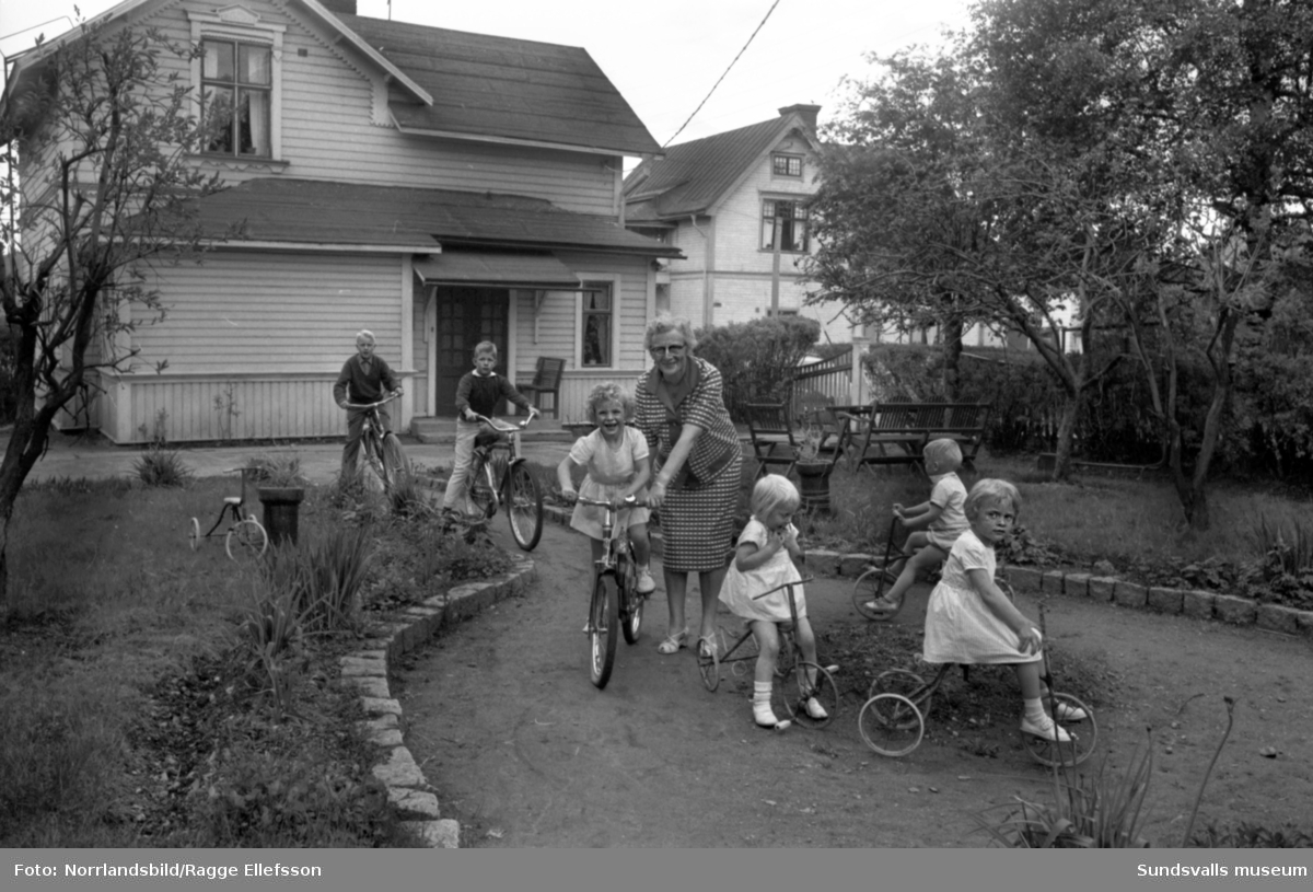 Fru Naemi Elhtin och hennes sex fosterbarn. Bilder från hemmet på Trafikgatan 7 samt från utflykter i stan och i lekparken.