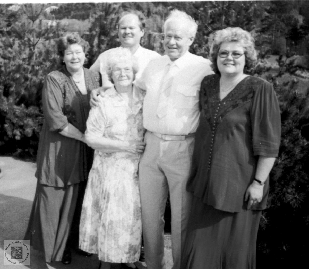Familiegruppe - gullbryllup, Olav og Karen Ellefsen med fam.