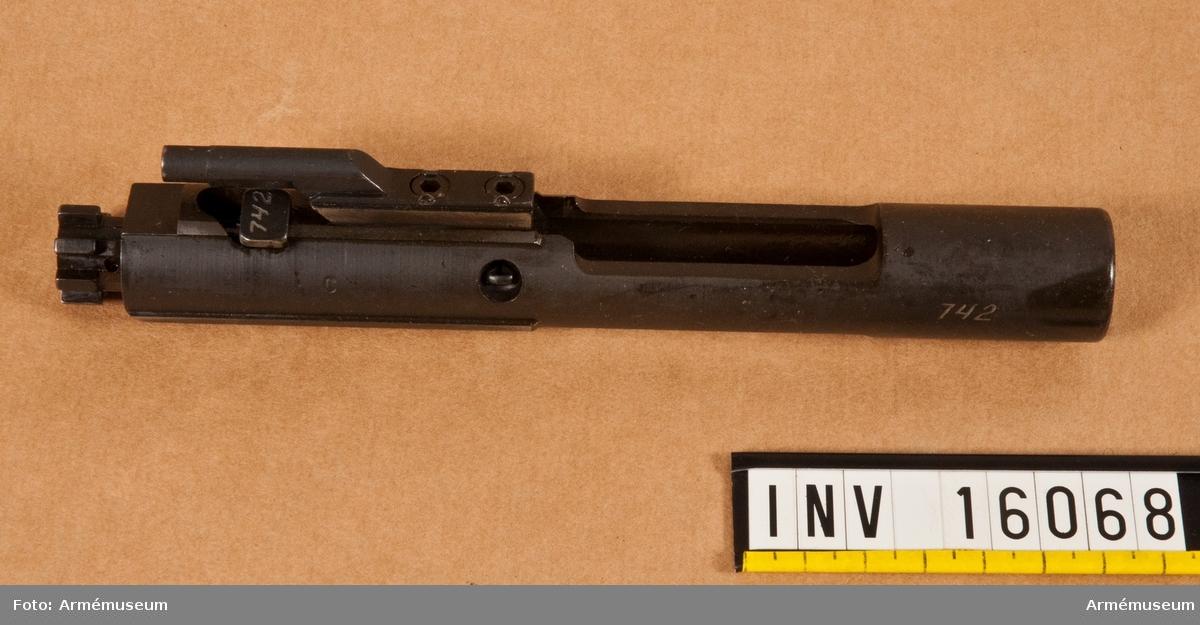 """Automatkarbin M16 A1. USA. Försöksvapen i Sverige. Undervisningsvapen. Tillv. nr 5107742. Kaliber 5.56 x 45 mm.   Vapnet är konstruerat enligt principerna gas/vridlås. Lågtryckssystem. Utgångshastighet (m/s) 980. Mynningsenergi (J): 1700. Mekanisk eldhastighet 750 skott/min. Riktmedel: hålsikte stolpkorn. Vapnet matas med ammunition från 20/30-skottsmagasin.   Märkt: Colt M16 (Häst i en cirkel) Cal. 5,56 MM. M16 A1. A1 betyder """"Alteration 1"""" ändring 1, vilket motsvarar vår beteckning """"B"""" (jmf kpist m/1945 B)."""