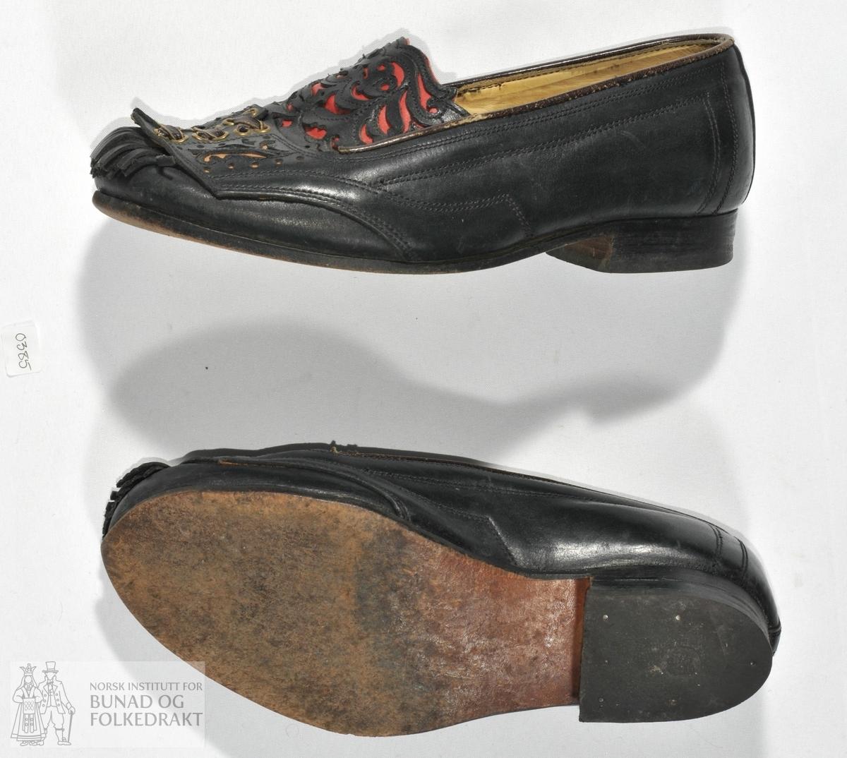 14af90e8757a Håndsydde sko til mann i mørke brunt lær med utklypte applikasjonar