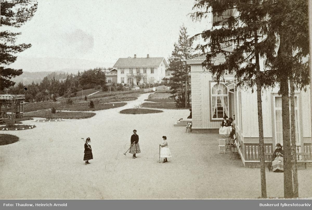 St. Olafsbad i 1870. Jenter spiller crokket. Det var slik Modum bad opprinnelig ble bygget. Ingen av bygningene er bevart idag