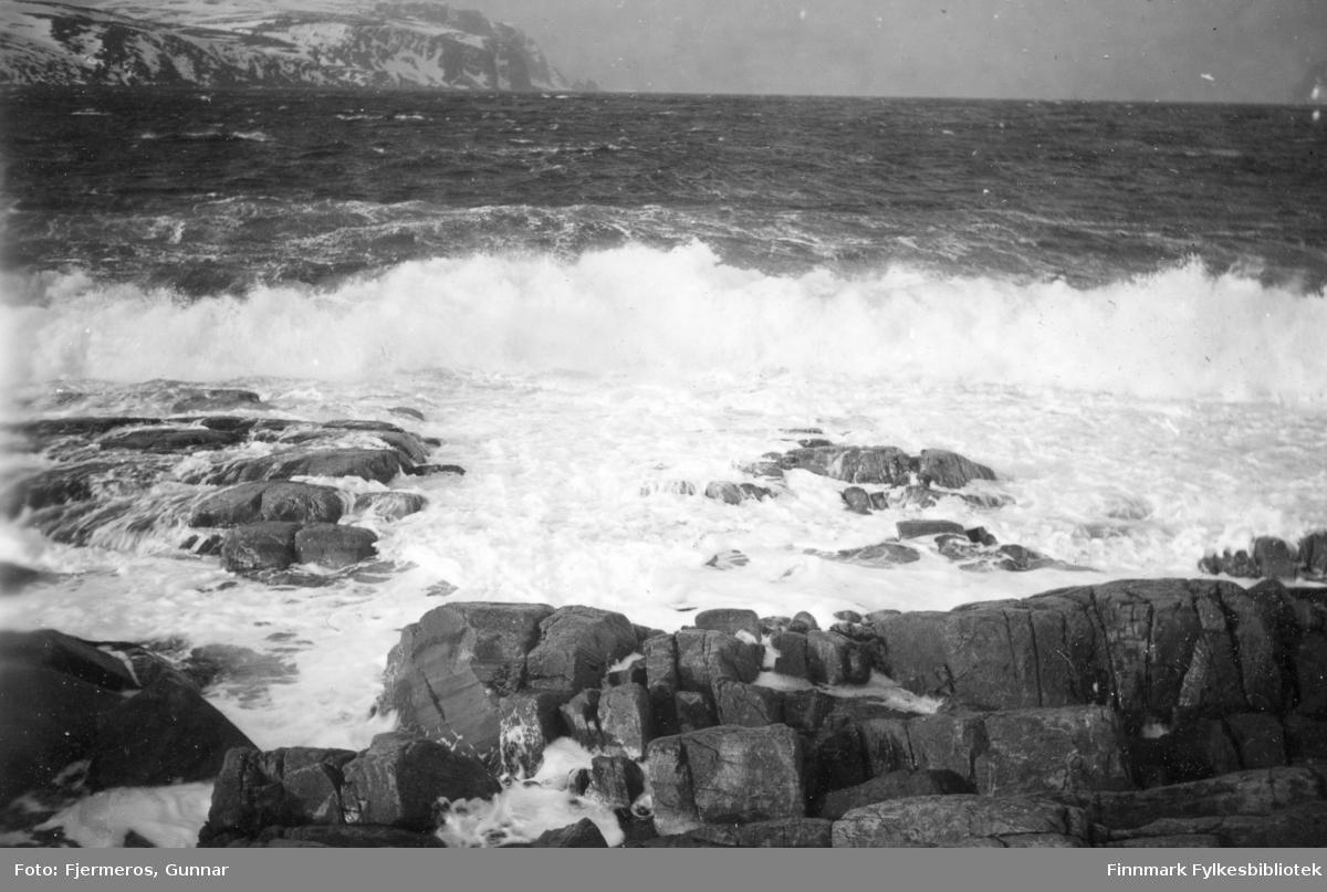 Store bølger slår inn mot berget like utenfor Honningsvåg under en storm i mars 1948