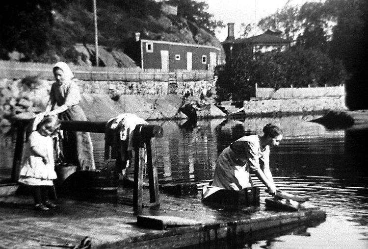 Tvätt i Bäveån vid Hasselbacken, Uddevalla, omkring 1917