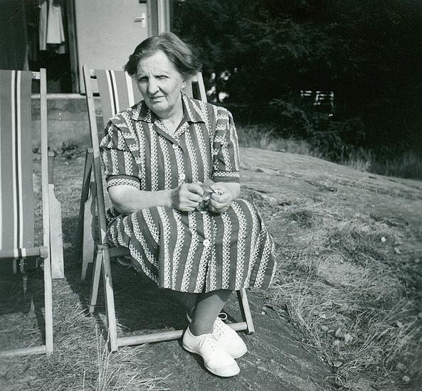 Mormor sommaren 1955. Judit Abrahamsson (f. Backman) (1888 - 1957) i solstol utanför södersidan.