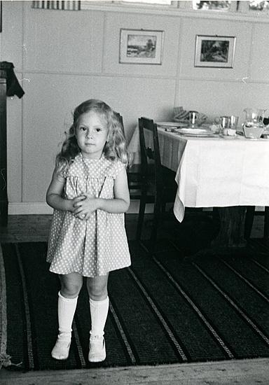 Sommaren 1957 i storstugan i ljusblå klänning, omsydd av Birgits.   ::