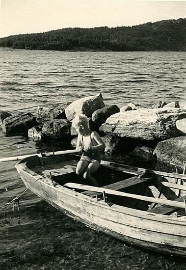 Sommaren 1940? Nils Göran i vår orusteka vid cementdelen mellan Erikssons och ångbåtsbryggan. Eriksson köpte båten av Erik en regnig sommar när han var trött på att ösa ekan.