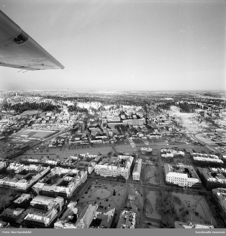 flygfoto över centrala Sundsvall taget norrut. Stora torget, Selångersån, Norrmalm och lasarettet.