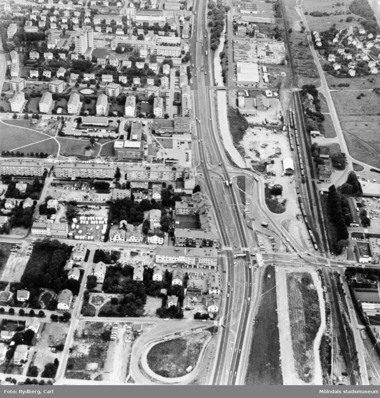 Flygfoto över Mölndal, 1970-tal. Man ser spårvägens vändslinga, Broslättsgatan, Frölundagatan, Tempelgatan, Stadshuset, Knarrhögsgatan, Växthusgatan, Länsmansgatan och lasarettet. Man ser vidare Nygatan samt delar av Kungsbackavägen och Göteborgsvägen.