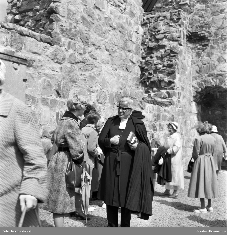 Kyrkoandakt i Selångers kyrkoruin.