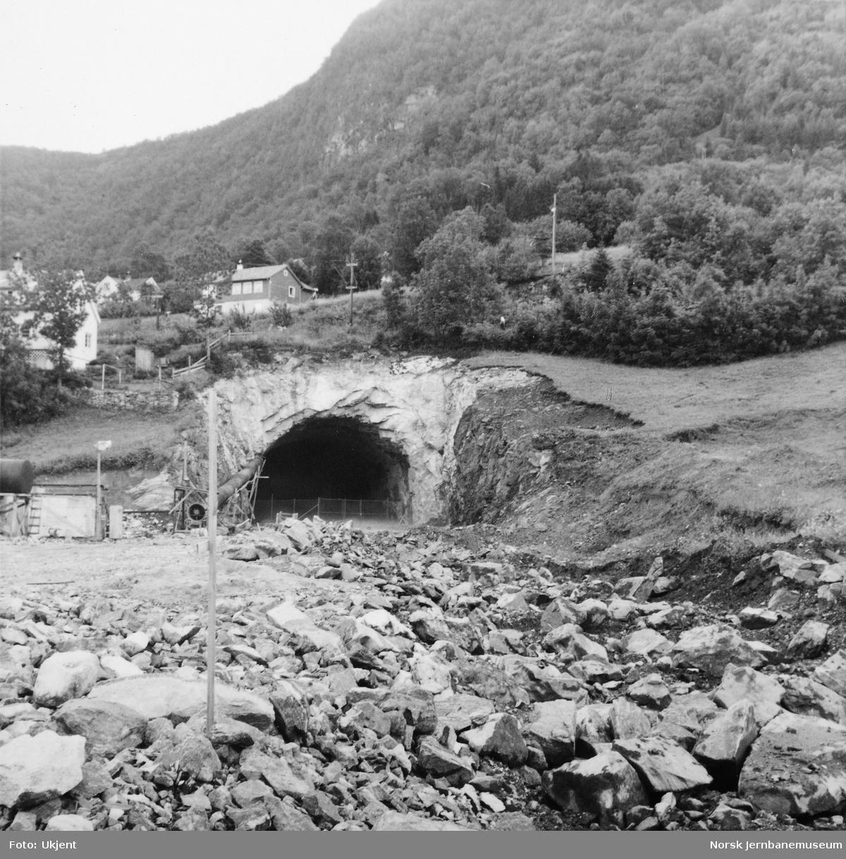 Anlegget av Arnanipa tunnel - anleggsarbeider ved vestre innslag