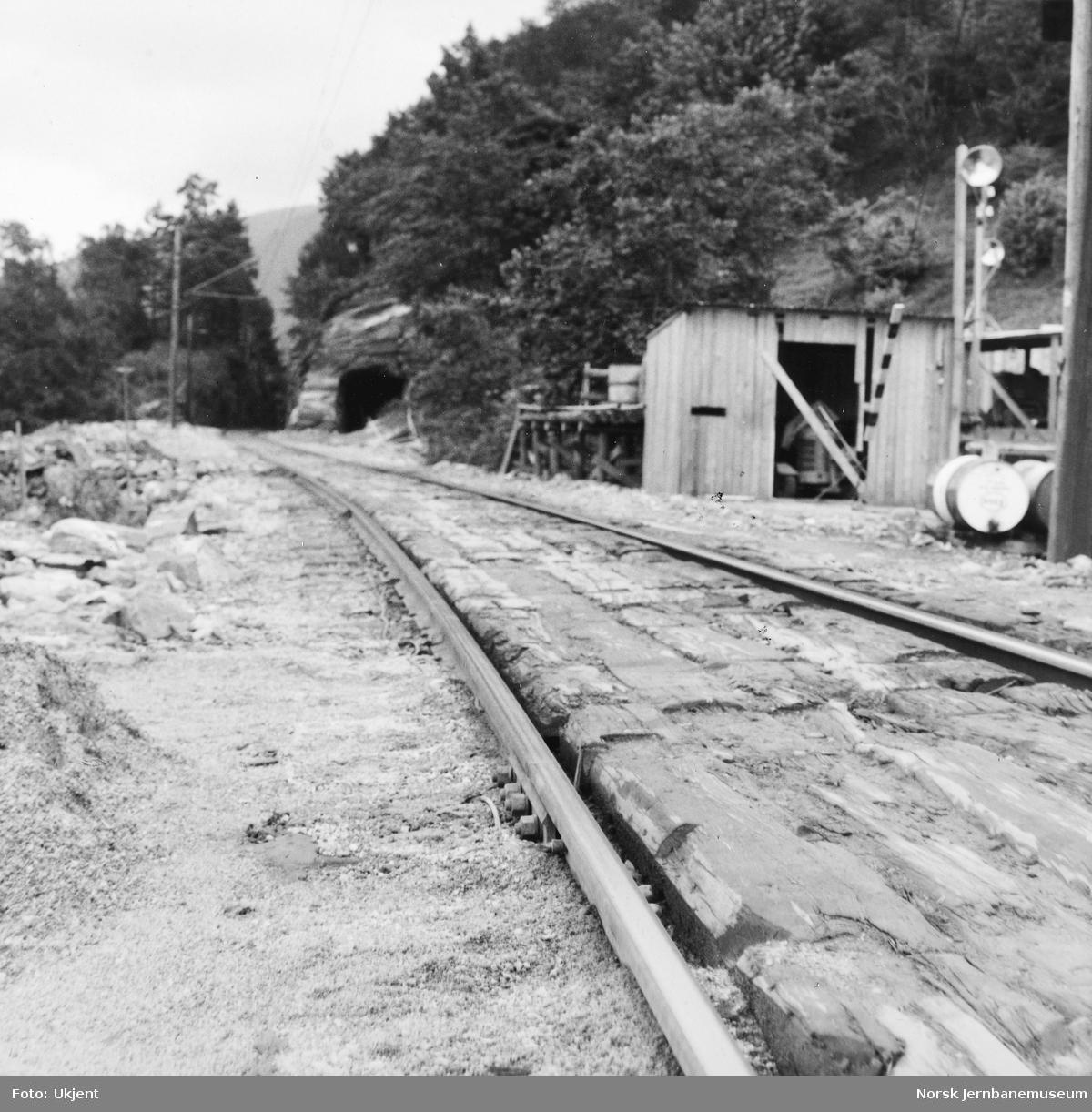 Anlegget av Tunestveit tunnel - anleggsarbeider ved vestre innslag