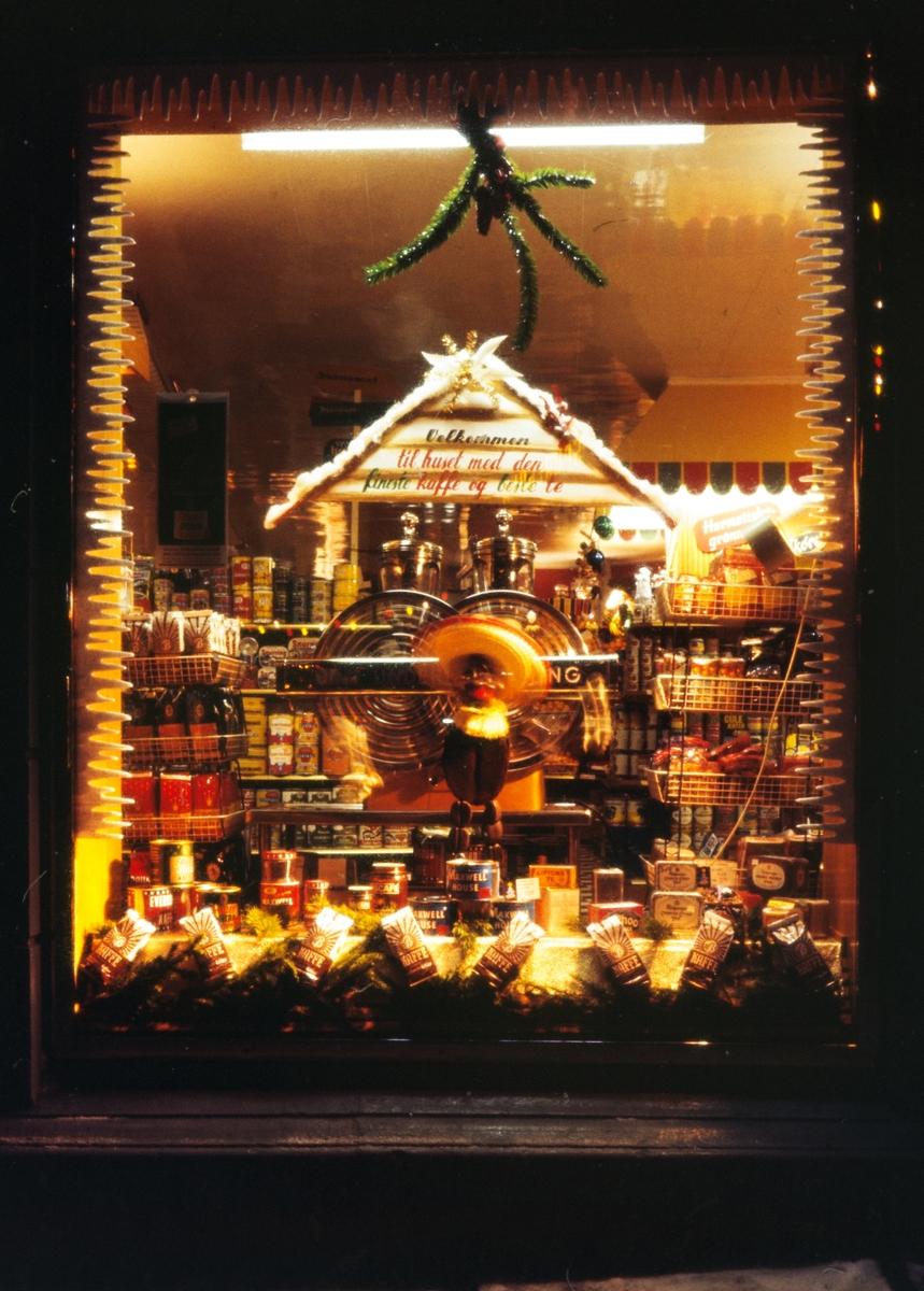 Kaffeutstilling i vinduet på Bothners butikk.