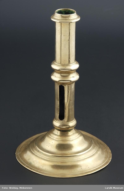 Form: sirkulær,profilert,opphøyet fot,pipe med vulster