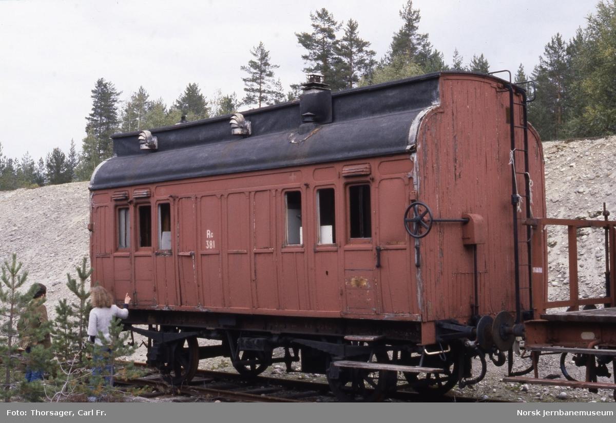 Losjivogn, opprinnelig sanitetsvogn, litra Rc nr. 381, lagret i grustaket på Kløftefoss