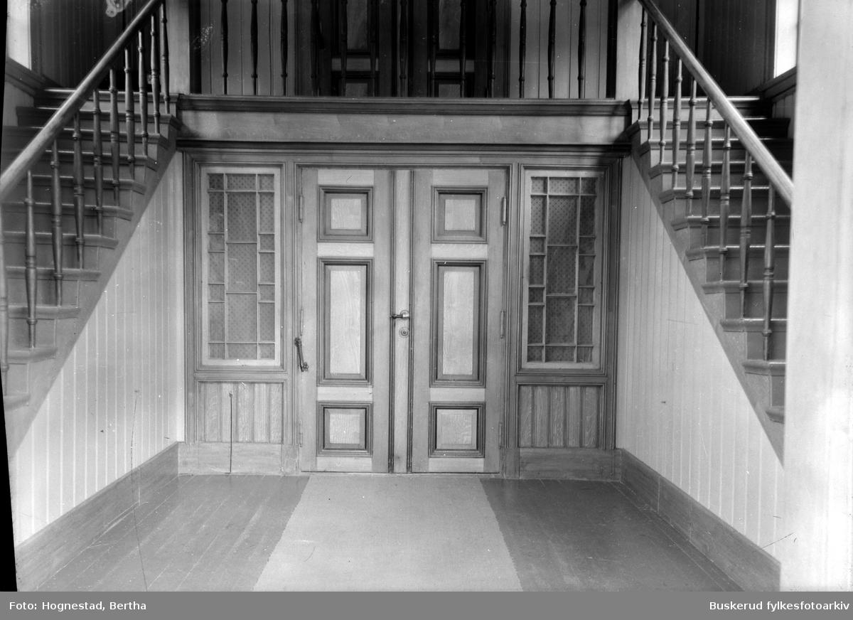 Interiør kirken brant ned i 2010 Interiøret ble forandret i 1951-52 etter Arnstein Arnebergs planer. Før dette hadde den vært utført etter Groschs tegninger. Etter Arnebergs forandringer hadde kirken grågule vegger i koret og gråblå vegger i skipet.  Galleriet var lagt opp i veggen og båret av fire frie søyler og fire veggsøyler. Det hadde brystning med enkle speilfyllinger. Midt på brystningens kronlist var der et jerngitter med lyremotiv.        Orgelet i Hønefoss kirke, bygd i 1940 av J. H. Jørgensen, Oslo, og gitt som gave til kirken av Hønefoss Sparebank  Foto: Hans Olav Lien  Kirken hadde orgel fra den var ny.[2] Dette ble bygget av orgelbygger A. Gomnæs. Gomnæsorgelet ble skiftet ut med et nytt orgel fra J. H. Jørgensen i 1889. Det nye orgelet hadde 10 stemmer og 459 piper. Til gudstjenesten den 8. september 1940 ble orgelet igjen byttet ut med et nytt, som hadde 22 stemmer og 1359 piper. Dette orgelet ble restaurert i 1998.