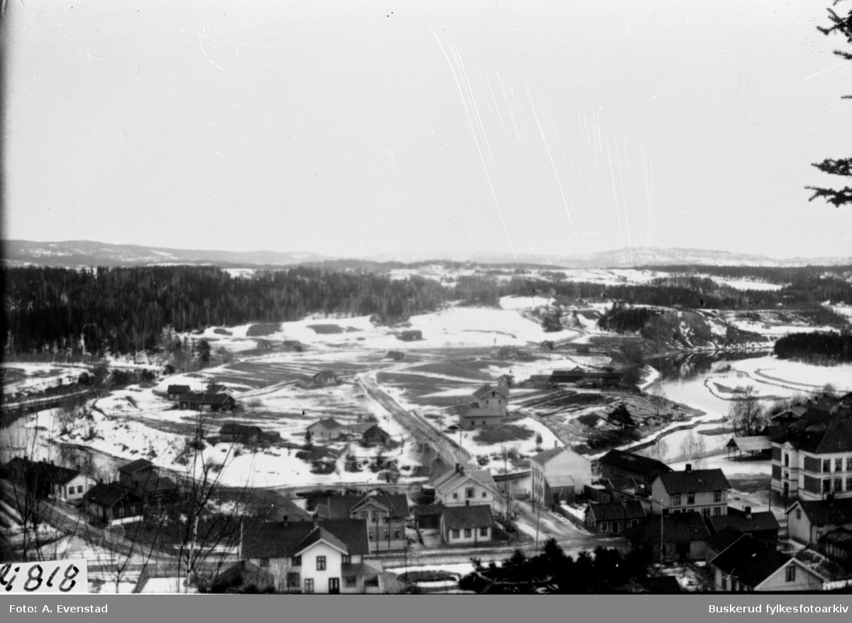 Fra Nordsiden. Vesterntangen sett fra St. HanshugenTil høyre skimtes Hønefoss folkeskole