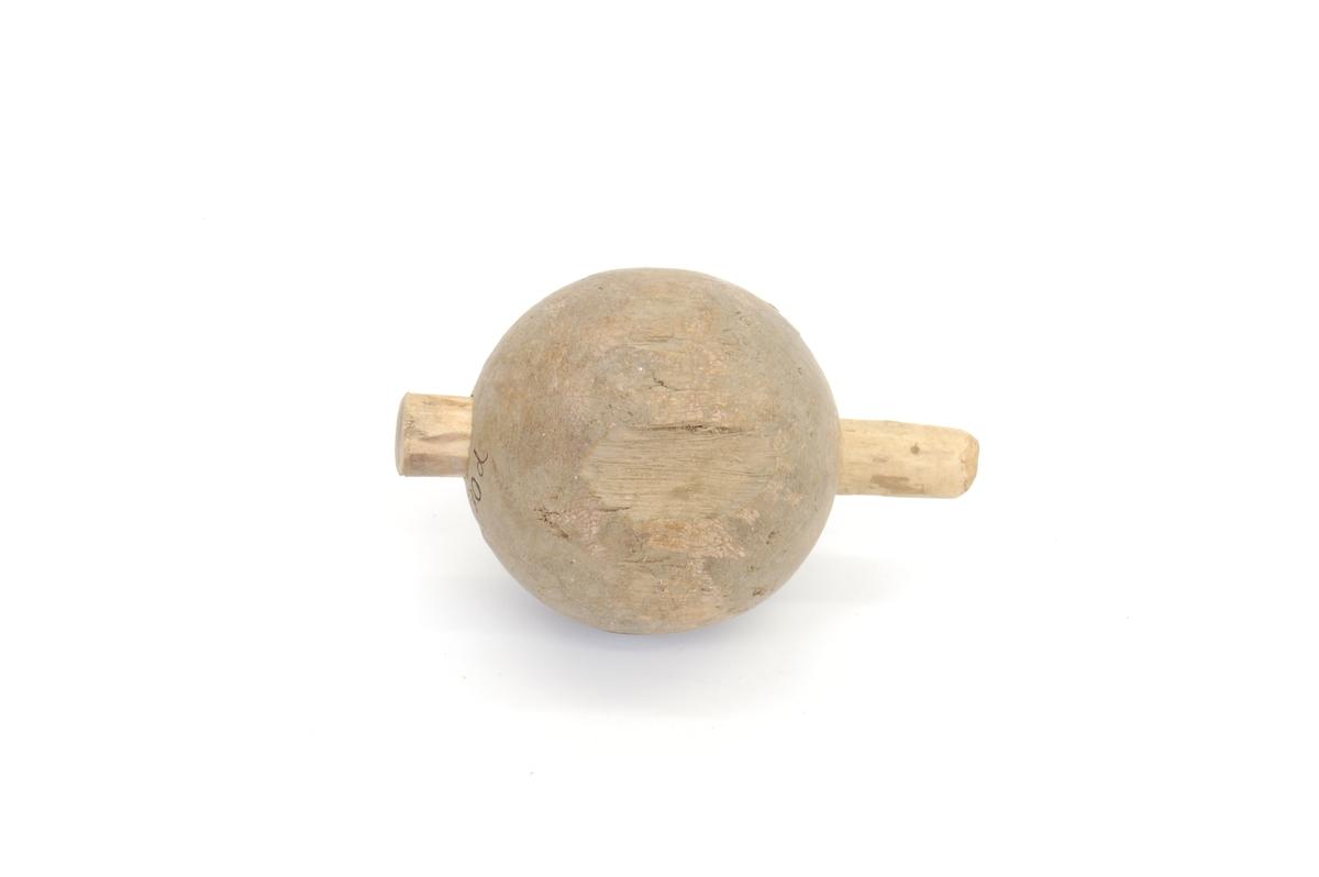 Form: Tilnærm. runde, hull går tvers igjennom Tre av kulene er lagt inn i en rund pinne, stikker noen cm ut på sidene. Kan settes sammen v. hj. av pinnene som er stukket inn.