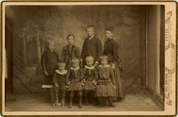 Barneflokken til familien Zachariasen. Foran fra venstre: H