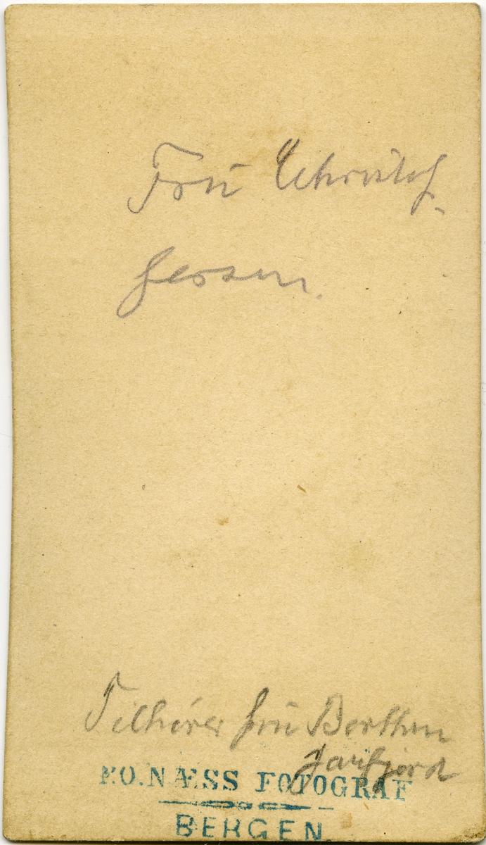 """Ukjent kvinne, utydelig skrift bak visittkort. Muligens """"fru [?] Larsen""""."""