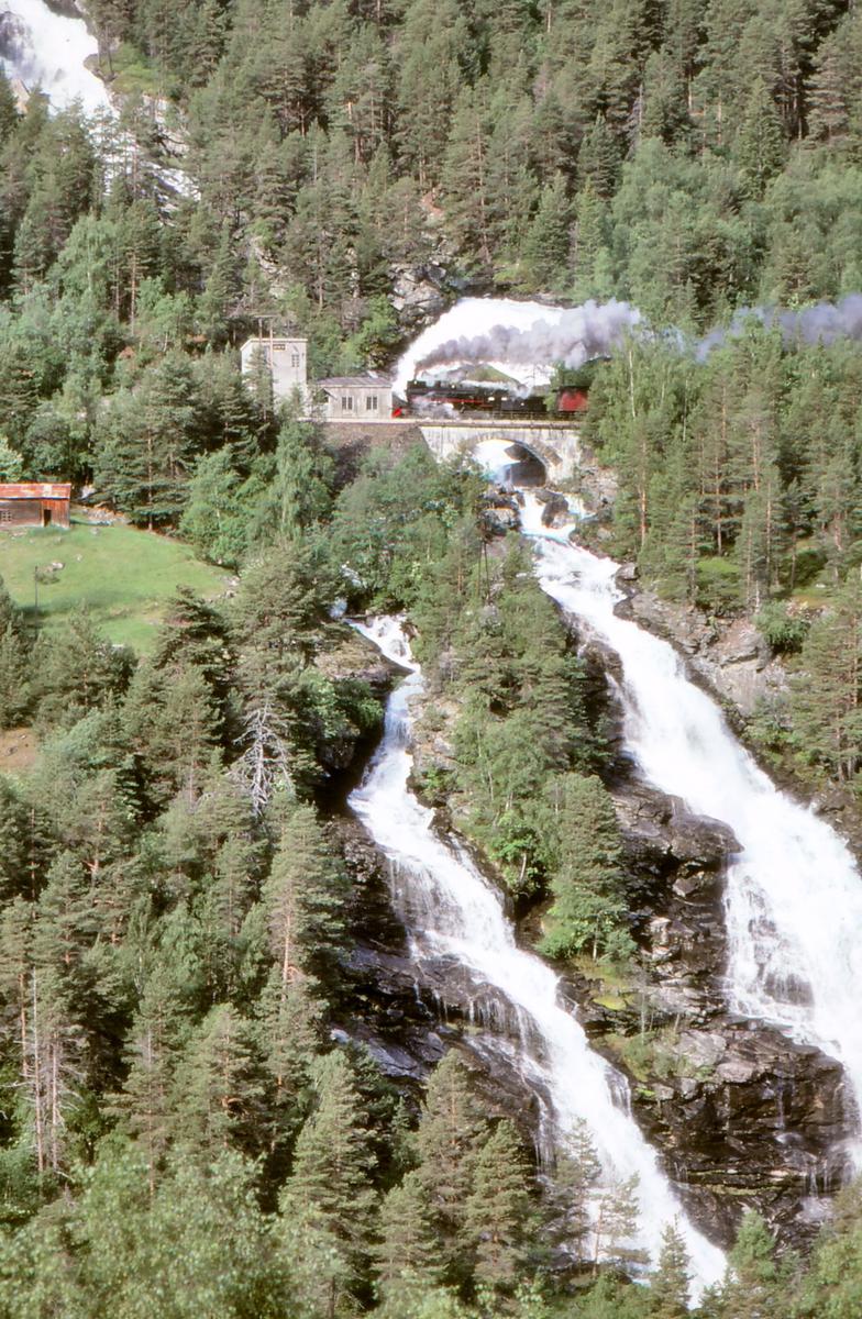 Ekstratog Åndalsnes - Hamar på Vermafossen bru, km. 420,7, på Raumabanen.