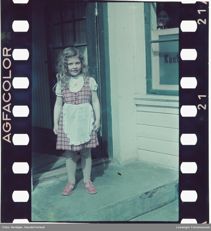 Portrett av ei jente på trappa.