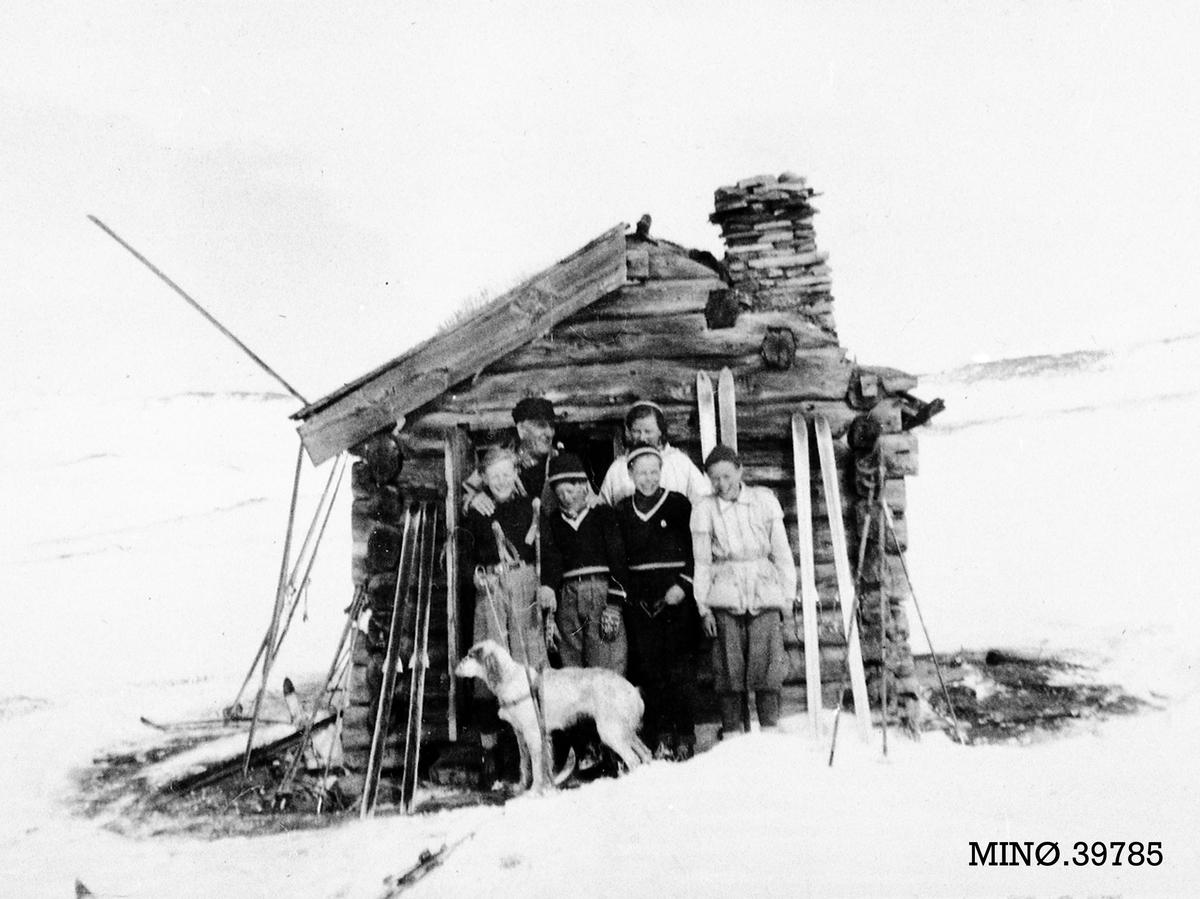 Personer ute på skitur, bu, hund