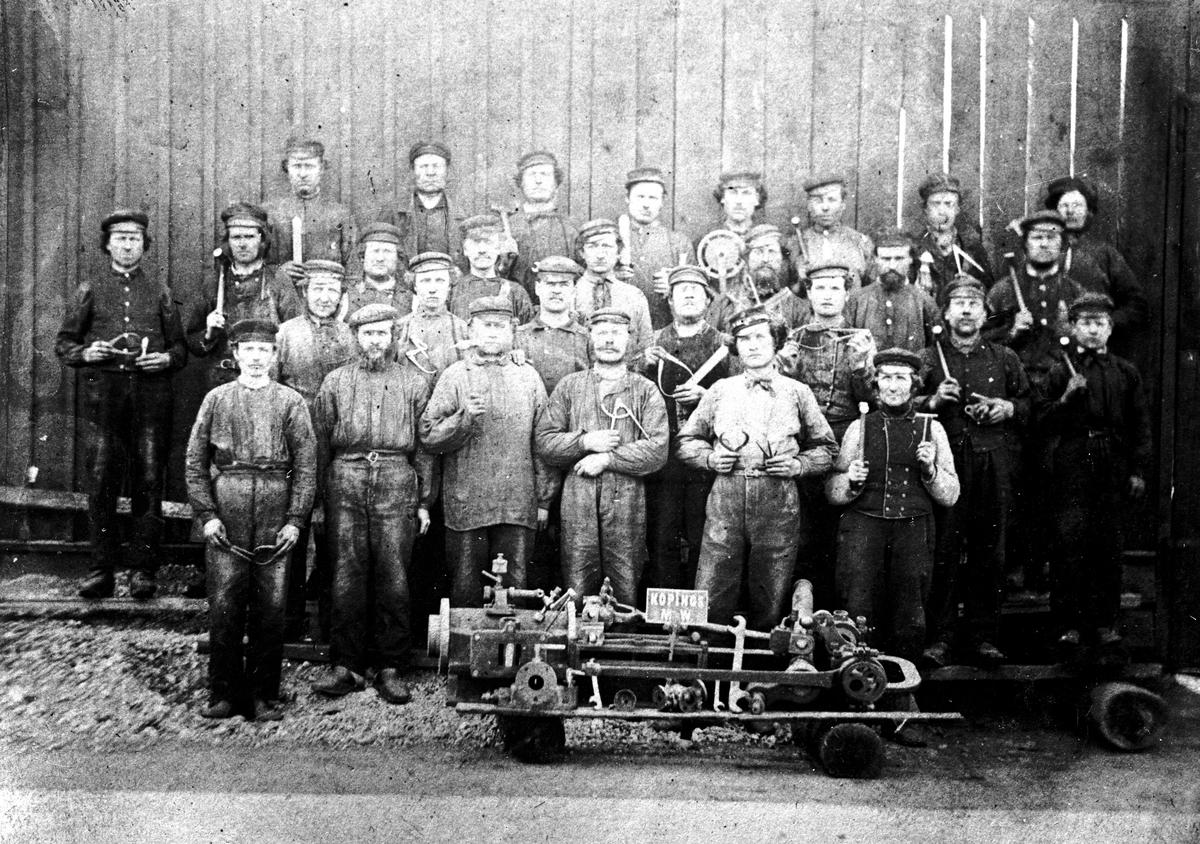 Arbetare vid KMV, verkstadspersonal Fotograf: E Sörman (repr efter foto från 1860-tal) Fotokopia finns.