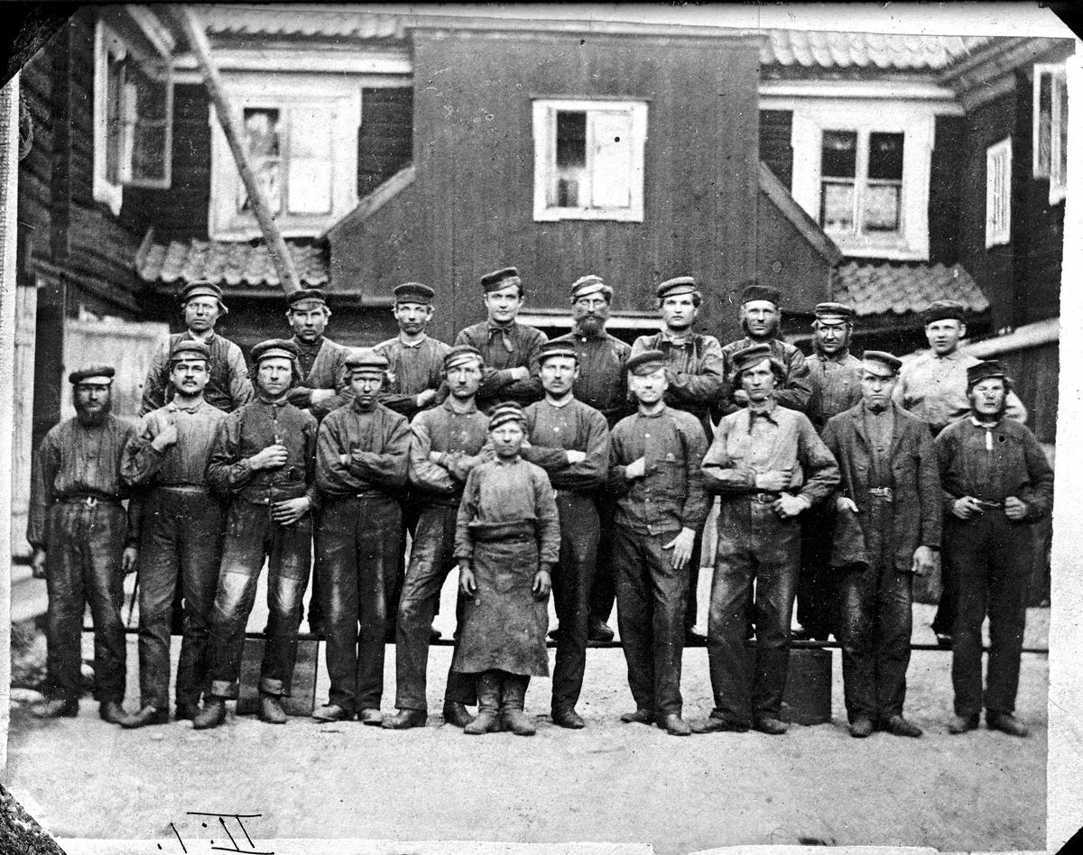 Arbetare vid KMV, gjuteripersonal Fotograf: E Sörman (repr efter foto från 1860-tal) Fotokopia finns.