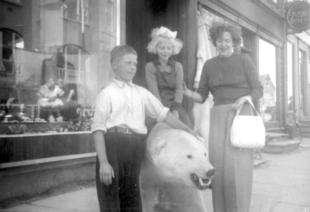 Tromsø, sommeren 1952. Fra venstre: Roy Hamlet Klaussen, Inger-Lill Knutsen og Mary Lill Klaussen.