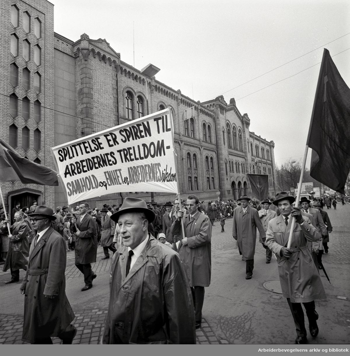 1. mai 1963 i Oslo.Demonstrasjonstoget i Karl Johans gate..Parole: Splittelse er spiren til arbeidernes trelldom.Samhold og enhet er arbeidernes rikdom