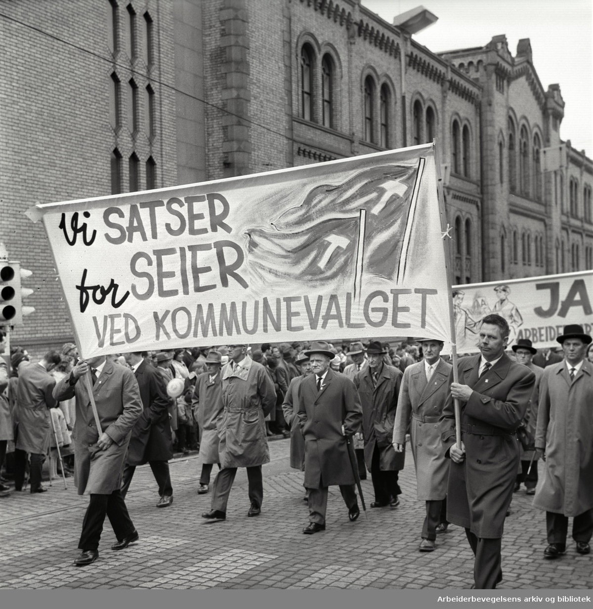 1. mai 1963 i Oslo.Demonstrasjonstoget i Karl Johans gate..Parole: Vi satser for seier ved kommunevalget