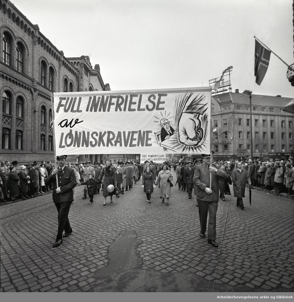 1. mai 1963 i Oslo.Demonstrasjonstoget i Karl Johans gate..Parole: Full innfrielse av lønnskravene
