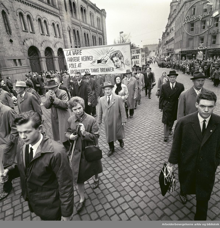 1. mai 1963 i Oslo.Demonstrasjonstoget i Karl Johans gate..Parole: La våre fargede venner føle at brorskapets tanke gjelder