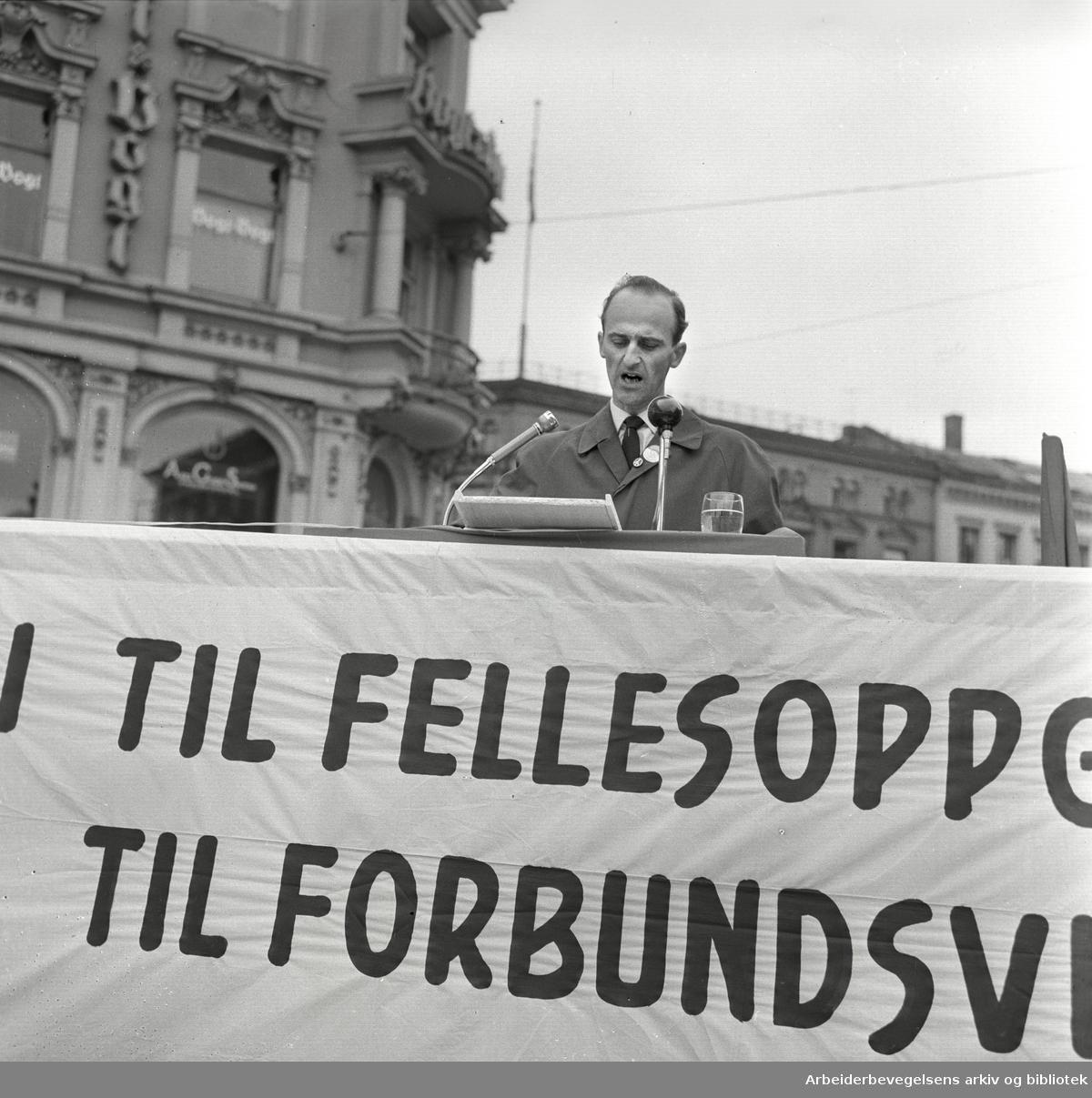1. mai 1963 i Oslo.Demonstrasjonstog arrangert av Komiteen for faglig enhet.med støtte av Sosialistisk Folkeparti (SF) og Norges Kommunistiske Parti (NKP).Parole: Nei til fellesoppgjør.Ja til forbundsvise oppgjør.Finn Gustavsen taler på Stortorvet..