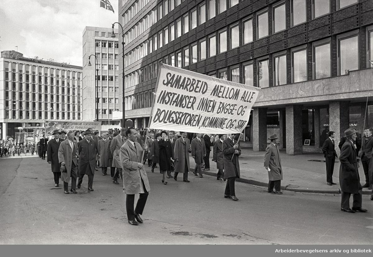 1. mai 1964 i Oslo.Demonstrasjonstoget ved Rådhusplassen.Parole: Samarbeid mellom alle instanser innen bygge- og boligsektoren, kommune og stat