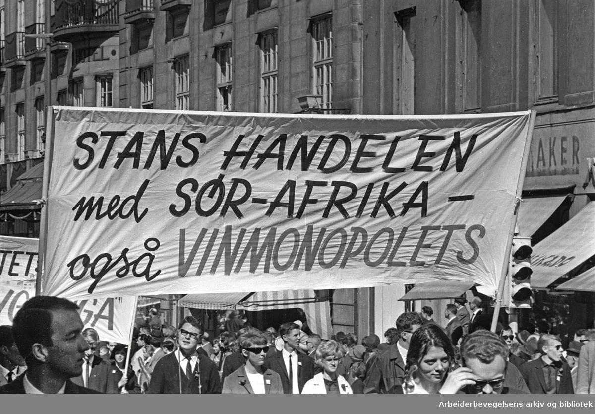1. mai 1965 i Oslo.Demonstrasjonstoget i Karl Johans gate.Parole: Stans handelen med Sør-Afrika -.også Vinmonopolets