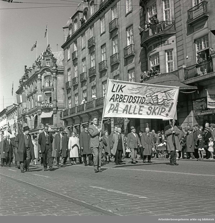 1. mai 1965 i Oslo.Demonstrasjonstoget i Karl Johans gate.Parole: Lik arbeidstid på alle skip!.