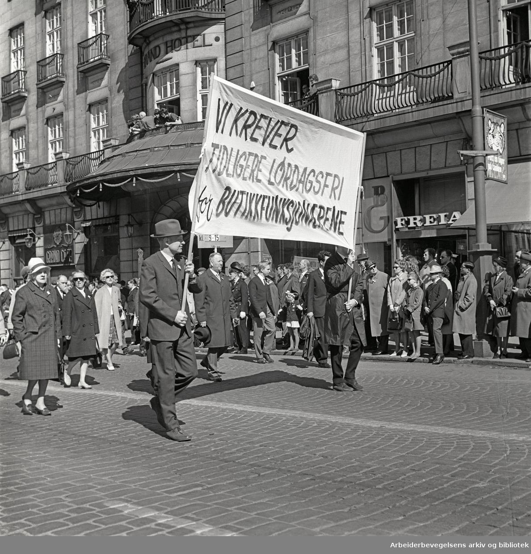 1. mai 1965 i Oslo.Demonstrasjonstoget i Karl Johans gate.Parole: Vi krever tidligere lørdagsfri for butikkfunksjonærene