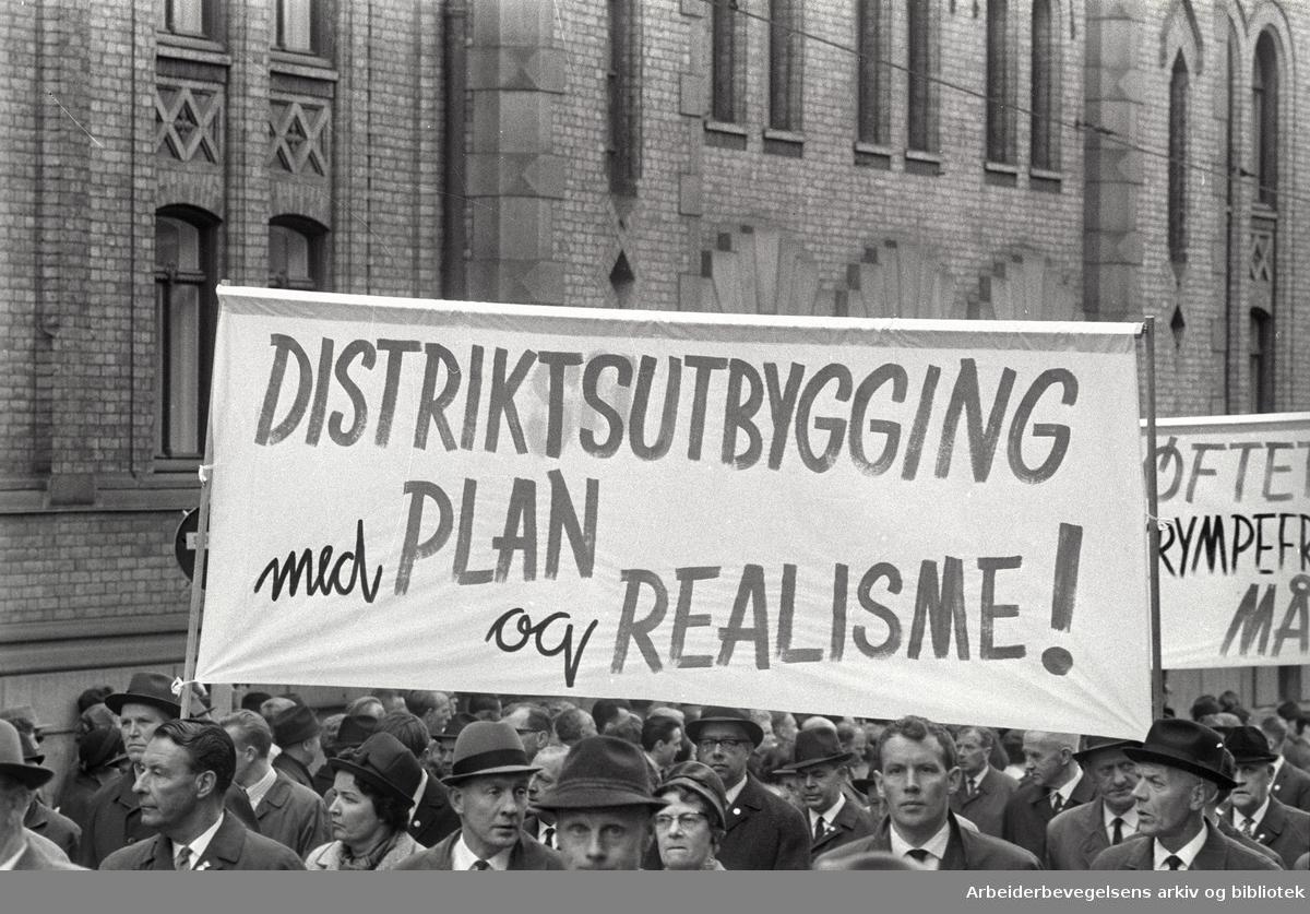 1. mai 1966 i Oslo.Demonstrasjonstoget i Karl Johansgate.Parole: Distriktsutbygging med plan og realisme!