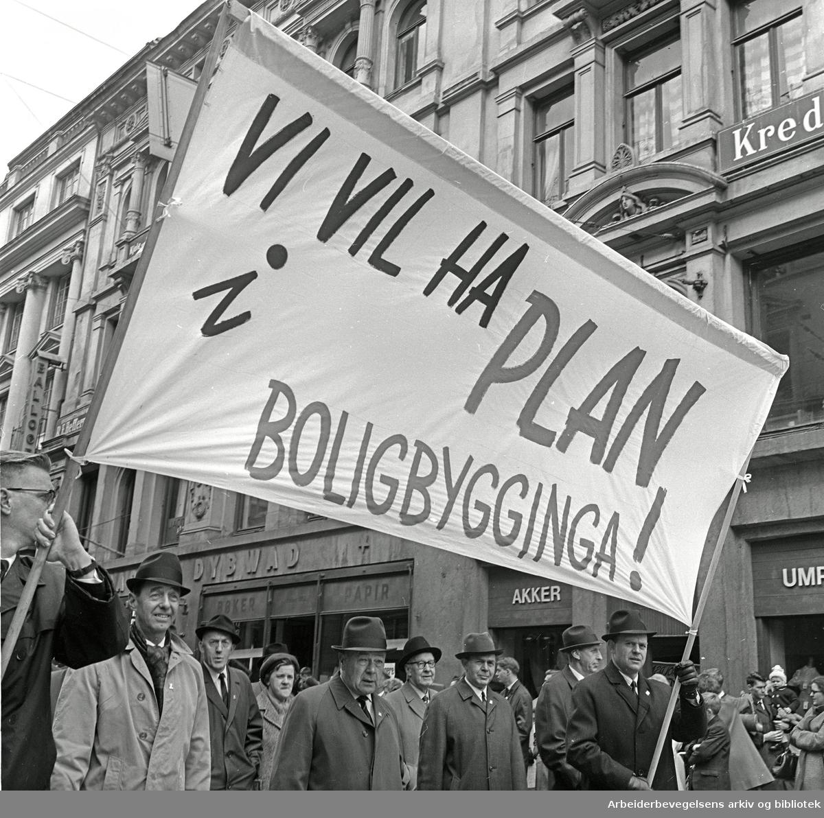 1. mai 1967 i Oslo.Det store demonstrasjonstoget marsjerte i år rundt stortingsbygningen..Parole: Vi vil ha plan i boligbygginga!