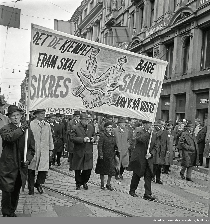 1. mai 1967 i Oslo.Demonstrasjonstoget.Parole: Det de kjempet fram skal sikres.Bare sammen kan vi nå videre