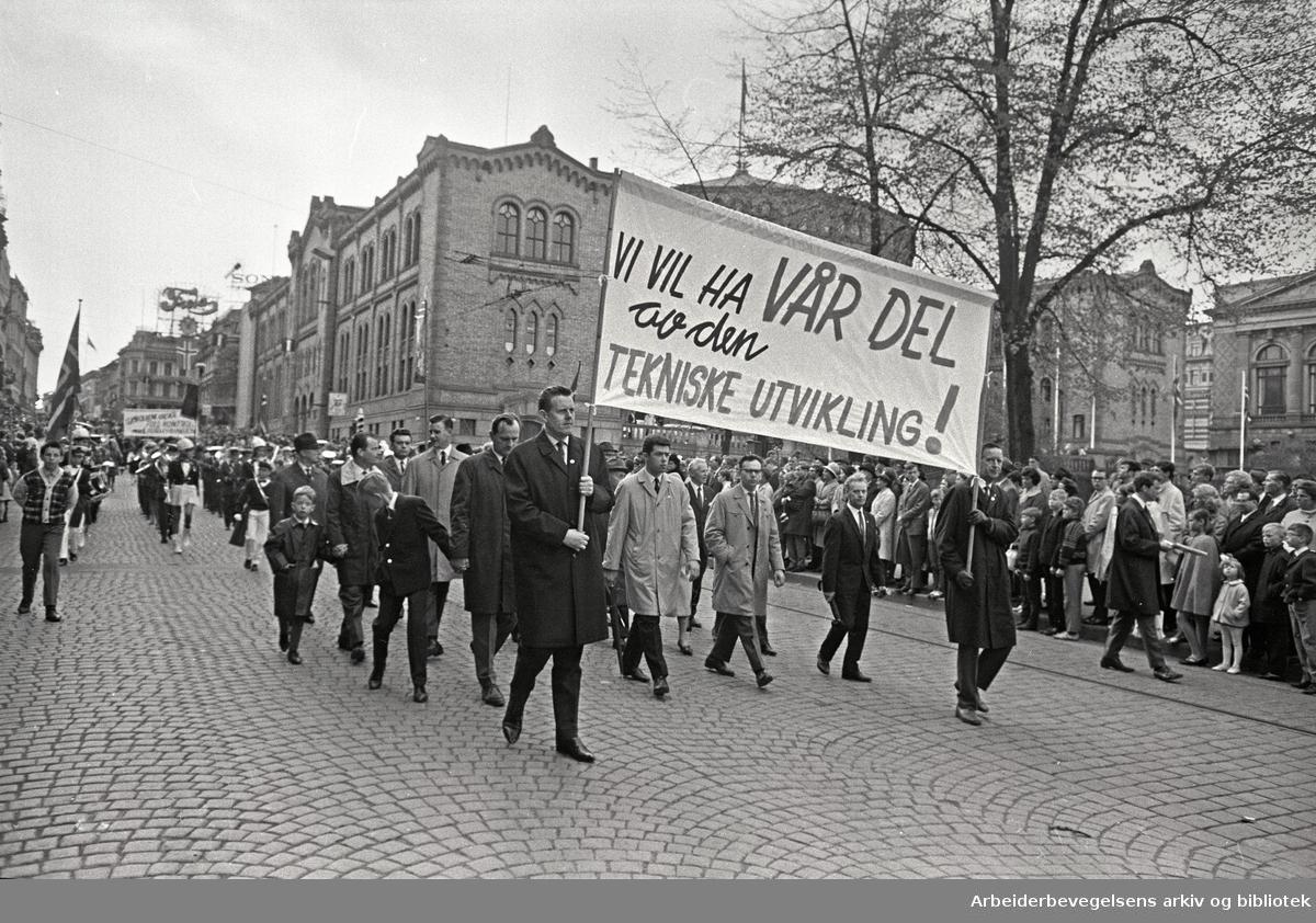 1. mai 1968 i Oslo.Demonstrasjonstoget i Karl Johans gate.Parole: Vi vil ha vår del av den tekniske utvikling
