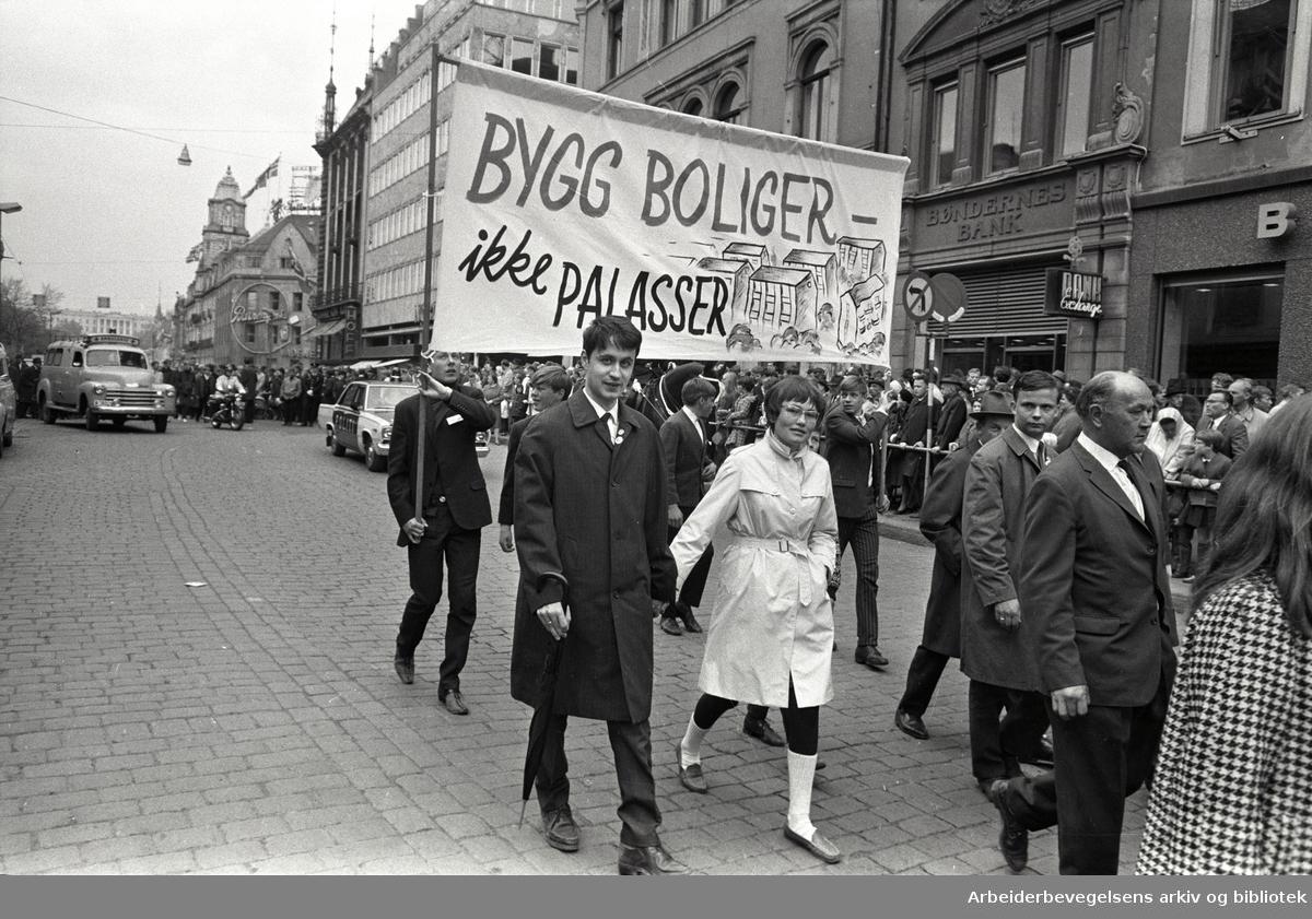 1. mai 1968 i Oslo.Demonstrasjonstoget i Karl Johans gate.Parole: Bygg boliger ikke palasser.