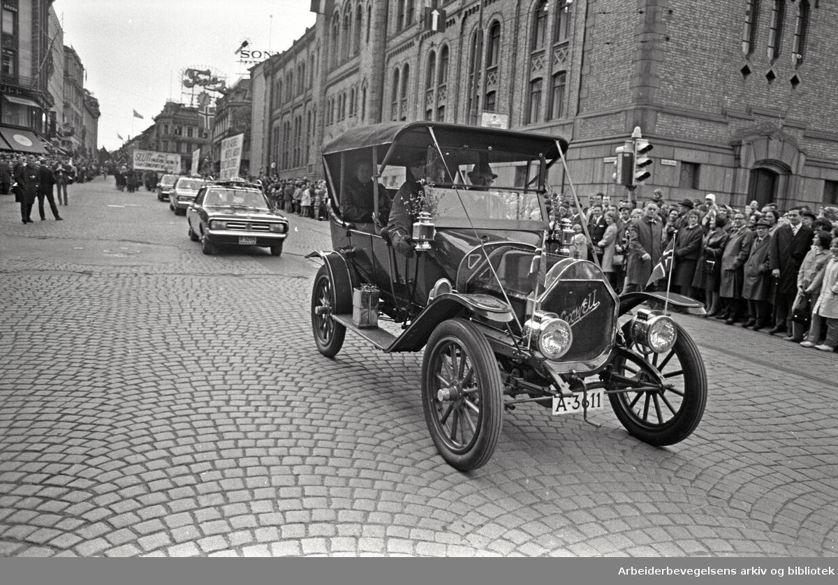 1. mai 1968 i Oslo.Demonstrasjonstoget i Karl Johans gate.Markering av Transportarbeiderforbundets 75-års jubileum..